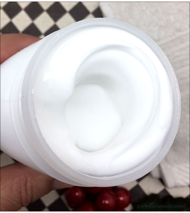 Pond's-Cucumber-Cleanser-inside-the-container